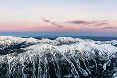 Σειρά βουνών αμέσως πριν από την ανατολή Στοκ εικόνα με δικαίωμα ελεύθερης χρήσης