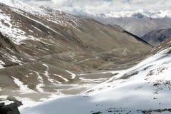 Σειρά βουνών και δρόμος από το πέρασμα Khardung, Ladakh, Ινδία Στοκ Εικόνες