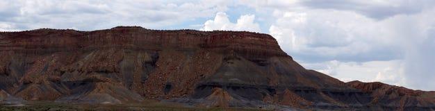 Σειρά βουνών με τους θρυμματιμένος βράχους Στοκ εικόνα με δικαίωμα ελεύθερης χρήσης
