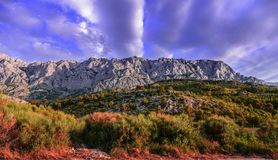Σειρά βουνών με το νεφελώδη ουρανό Στοκ εικόνα με δικαίωμα ελεύθερης χρήσης