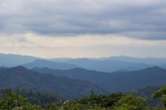 Σειρά βουνών που βλέπει από το στρατόπεδο Phanoen Thung, εθνικό πάρκο Kaeng Krachan, επαρχία Phetchaburi, Ταϊλάνδη Στοκ Εικόνα