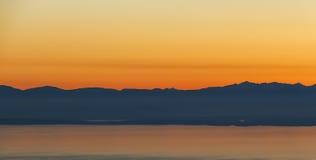 Σειρά βουνών στη σκιαγραφία ηλιοβασιλέματος Στοκ φωτογραφία με δικαίωμα ελεύθερης χρήσης
