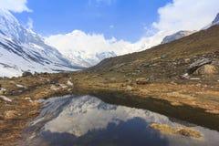 Σειρά βουνών χιονιού του Ιμαλαίαυ Annapurna με την αντανάκλαση στη λίμνη, Νεπάλ Στοκ Φωτογραφία