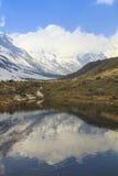 Σειρά βουνών χιονιού του Ιμαλαίαυ Annapurna με την αντανάκλαση στη λίμνη, Νεπάλ Στοκ Εικόνες