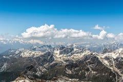 Σειρά βουνών Matterhorn με το μπλε ουρανό και Cloudscape Στοκ φωτογραφία με δικαίωμα ελεύθερης χρήσης