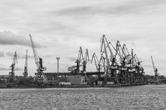 Σειρά βρυσών κατά μήκος της λιμενικής ακτής Στοκ εικόνα με δικαίωμα ελεύθερης χρήσης