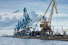 Σειρά βρυσών κατά μήκος της λιμενικής ακτής Στοκ φωτογραφίες με δικαίωμα ελεύθερης χρήσης