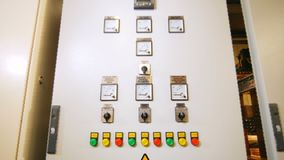 Σειρά γραφείων με τους λαμπτήρες και switchers για τις ηλεκτρικές συσκευές απόθεμα βίντεο