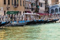 Σειρά γόνδολας στο μεγάλο κανάλι στη Βενετία στοκ εικόνες