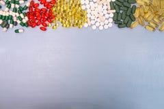 σειρά επιχειρησιακών χαπιών ανασκόπησης Σωρός των ταμπλετών και των χαπιών ιατρικής στις φουσκάλες Στοκ εικόνα με δικαίωμα ελεύθερης χρήσης
