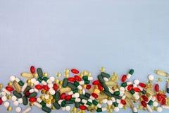 σειρά επιχειρησιακών χαπιών ανασκόπησης Σωρός των ταμπλετών και των χαπιών ιατρικής στις φουσκάλες Στοκ Φωτογραφία