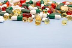 σειρά επιχειρησιακών χαπιών ανασκόπησης Σωρός των ταμπλετών και των χαπιών ιατρικής στις φουσκάλες Στοκ Εικόνα