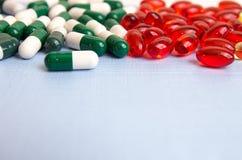 σειρά επιχειρησιακών χαπιών ανασκόπησης Σωρός των ταμπλετών και των χαπιών ιατρικής στις φουσκάλες Στοκ φωτογραφία με δικαίωμα ελεύθερης χρήσης