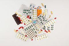 σειρά επιχειρησιακών χαπιών ανασκόπησης Σωρός των ταμπλετών και των χαπιών ιατρικής στις φουσκάλες Στοκ Φωτογραφίες
