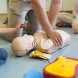 Σειρά μαθημάτων νεκρανάστασης πρώτων βοηθειών που χρησιμοποιεί το AED στοκ φωτογραφία με δικαίωμα ελεύθερης χρήσης