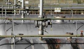 σειρά μεγάλων δεξαμενών μετάλλων για την αποθήκευση αερίου μέσα σε έναν βιομηχανικό Στοκ Εικόνες