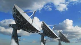 Σειρά δορυφορικών πιάτων ενάντια στο μπλε ουρανό διανυσματική απεικόνιση
