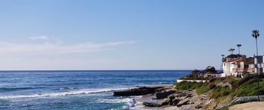 Σειρά παραλιών - σπίτια πολυτέλειας στο Ειρηνικό Ωκεανό στοκ εικόνα