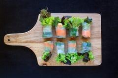 Σειρά σαλάτας με το φύλλο ζύμης στον ξύλινο τέμνοντα πίνακα Στοκ εικόνα με δικαίωμα ελεύθερης χρήσης