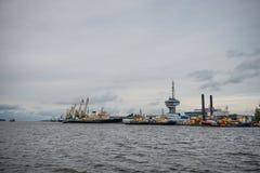 Σειρά σκαφών και γερανών κατά μήκος της λιμενικής ακτής Στοκ Φωτογραφίες