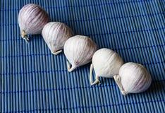 Σειρά σκόρδου σε ένα μπλε χαλί Στοκ φωτογραφία με δικαίωμα ελεύθερης χρήσης