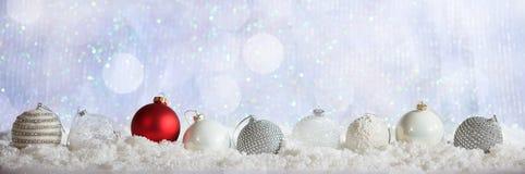 Σειρά σφαιρών Χριστουγέννων στο χιονώδες υπόβαθρο bokeh Χριστουγέννων Στοκ φωτογραφία με δικαίωμα ελεύθερης χρήσης