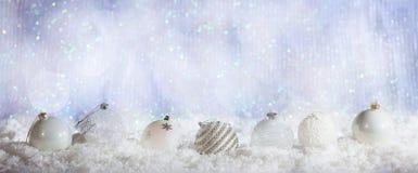 Σειρά σφαιρών Χριστουγέννων στο χιονώδες υπόβαθρο bokeh Χριστουγέννων Στοκ φωτογραφίες με δικαίωμα ελεύθερης χρήσης