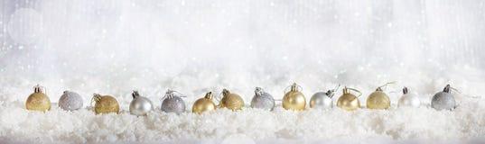 Σειρά σφαιρών Χριστουγέννων στο χιονώδες υπόβαθρο bokeh Χριστουγέννων Στοκ Εικόνες