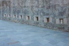 Σειρά σχισμών ενός αρχαίου κάστρου Στοκ εικόνες με δικαίωμα ελεύθερης χρήσης