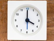 Σειρά της ακολουθίας χρόνου στο απλό άσπρο αναλογικό ρολόι Στοκ Εικόνα