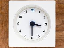 Σειρά της ακολουθίας χρόνου στο απλό άσπρο αναλογικό ρολόι Στοκ φωτογραφία με δικαίωμα ελεύθερης χρήσης