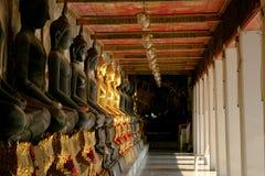Σειρά του Βούδα και στυλοβάτης εκκλησιών μέσα Wat Suthattepwararam tem Στοκ εικόνα με δικαίωμα ελεύθερης χρήσης