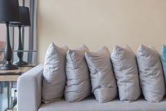 σειρά των μαξιλαριών στο σύγχρονο καναπέ στο σύγχρονο καθιστικό Στοκ φωτογραφίες με δικαίωμα ελεύθερης χρήσης