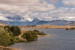 Σειρά υψηλών βουνών πίσω από τη λίμνη Clearwater, Νέα Ζηλανδία Στοκ εικόνες με δικαίωμα ελεύθερης χρήσης