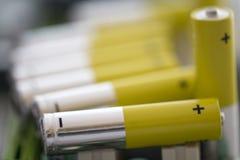 Σειρά χρωματισμένων αλκαλικών μπαταριών Στοκ Φωτογραφίες