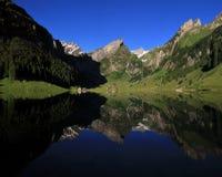 Σειρά Alpstein που αντανακλά στη λίμνη Seealpsee Στοκ φωτογραφία με δικαίωμα ελεύθερης χρήσης