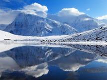 Σειρά Annapurna που αντανακλά στη λίμνη πάγου Στοκ Εικόνες