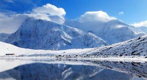 Σειρά Annapurna που αντανακλά στη λίμνη πάγου Στοκ Εικόνα