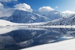 Σειρά Annapurna που αντανακλά στη λίμνη πάγου Στοκ Φωτογραφία