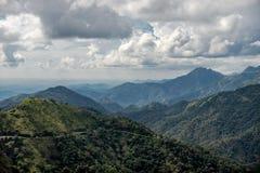 Σειρά Hill με το άσπρο σύννεφο στοκ εικόνες