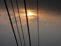 Σειρές ανελκυστήρων καλωδίων μπροστά από το ηλιοβασίλεμα Στοκ φωτογραφία με δικαίωμα ελεύθερης χρήσης