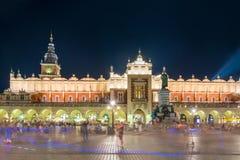 Σειρές εμπορικών συναλλαγών υφασμάτων στο κέντρο της Κρακοβίας στοκ εικόνα