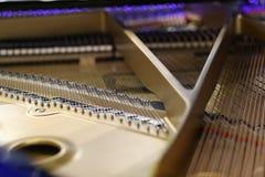 Σειρές και σφυριά πιάνων με το μπεζ πλαίσιο Στοκ Εικόνες