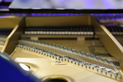 Σειρές και σφυριά πιάνων με το μπεζ πλαίσιο Στοκ Φωτογραφίες