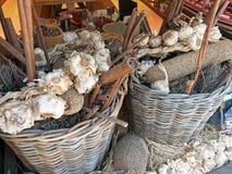 Σειρές σκόρδου στα καλάθια καλάμων, Αθήνα, Ελλάδα Στοκ φωτογραφία με δικαίωμα ελεύθερης χρήσης