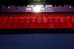 Σειρές της κόκκινης άποψης καθισμάτων βελούδου σχετικά με το μέτωπο στοκ εικόνες