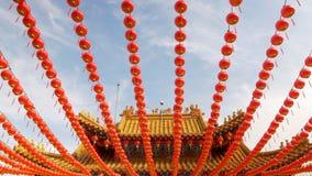 Σειρές της κόκκινης ένωσης φαναριών από έναν παραδοσιακό βουδιστικό ναό απόθεμα βίντεο