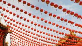 Σειρές της κόκκινης ένωσης φαναριών στο επαναλαμβανόμενο σχέδιο σε έναν παραδοσιακό βουδιστικό ναό απόθεμα βίντεο