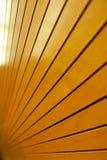 Σειρές του χρυσού στενά εγκατεστημένου ξύλινου Slats υποβάθρου Στοκ Εικόνα