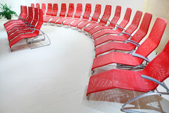 Σειρές των άνετων καθισμάτων στο κενό δωμάτιο στοκ εικόνες